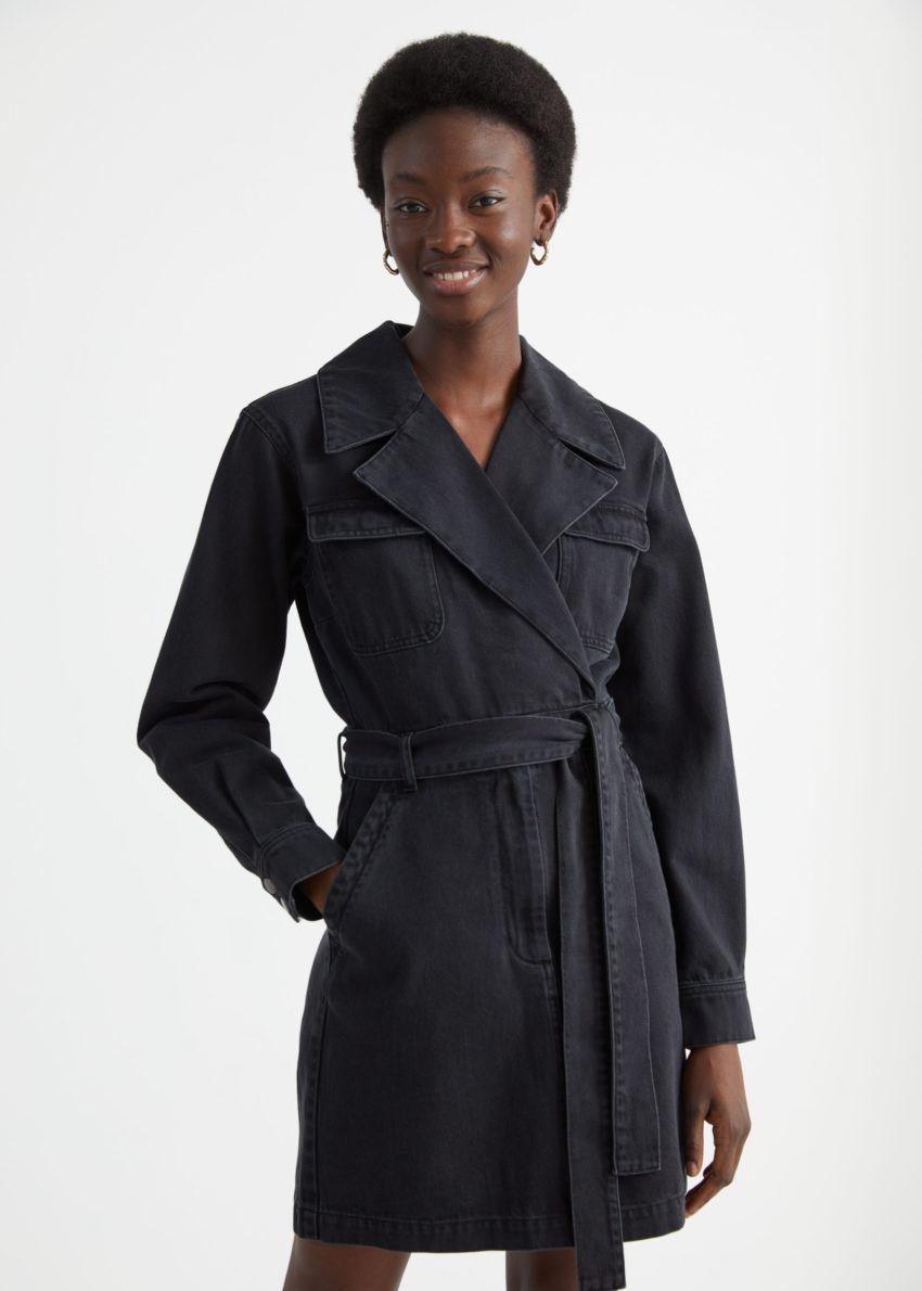 앤아더스토리즈 데님 워크웨어 랩 미니 드레스의 블랙컬러 ECOMLook입니다.