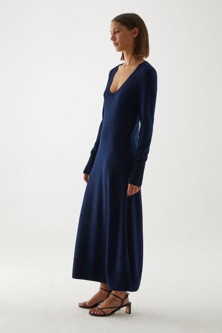 COS A라인 롱 슬리브 니티드 드레스의 블루컬러 ECOMLook입니다.