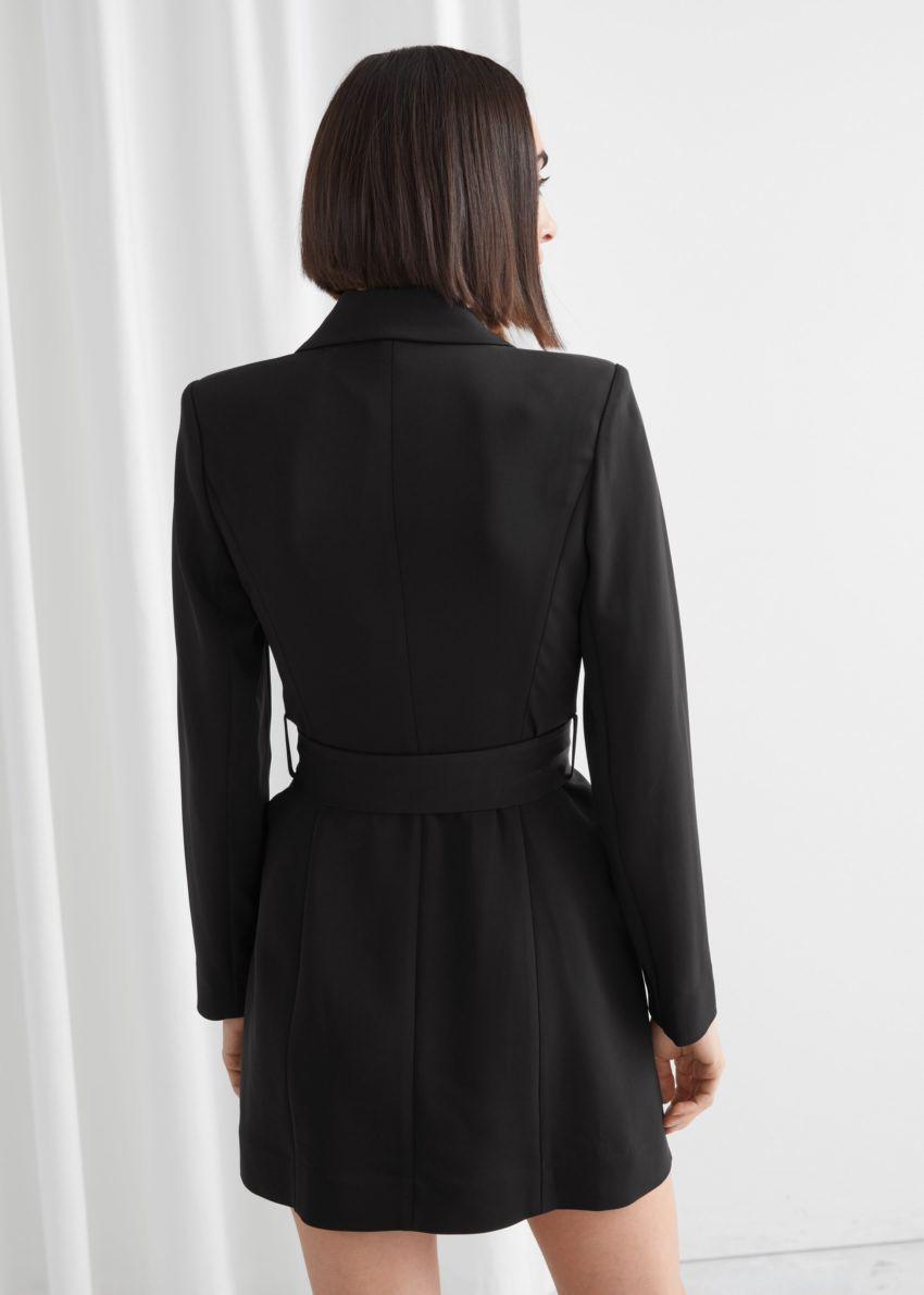앤아더스토리즈 D-링 벨티드 미니 블레이저 드레스의 블랙컬러 ECOMLook입니다.