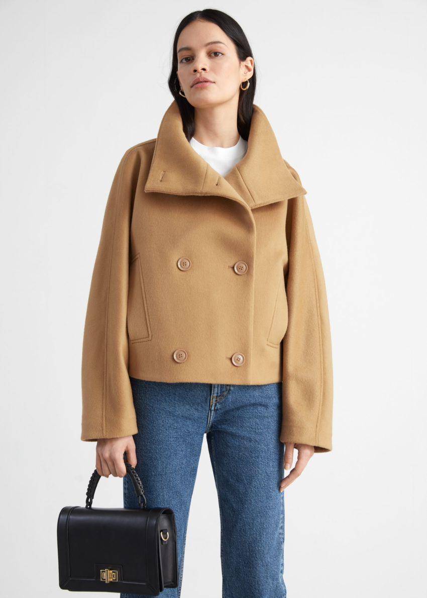 앤아더스토리즈 더블 브레스티드 크롭 박시 재킷의 카라멜컬러 ECOMLook입니다.