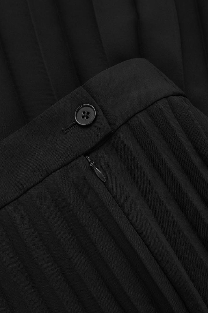 COS 애시메트릭 헴 플리티드 스커트의 블랙컬러 Detail입니다.