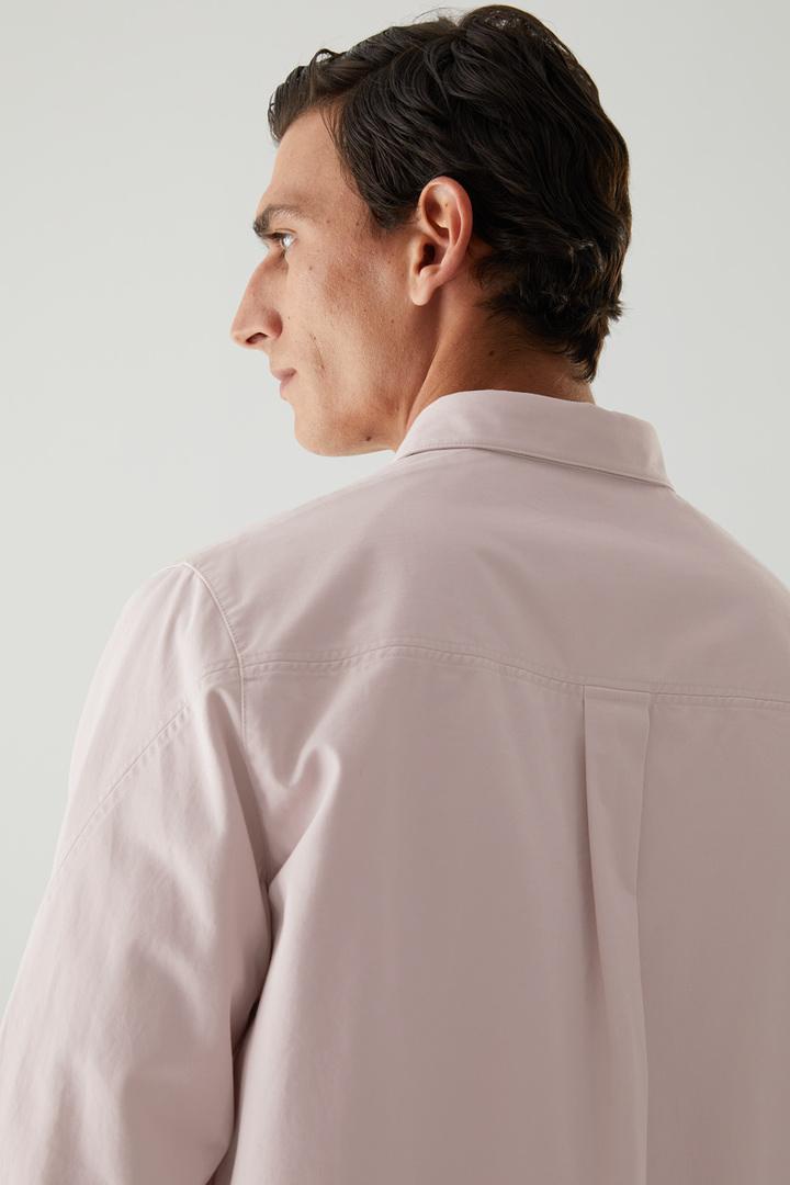 COS 릴랙스드 핏 오가닉 코튼 셔츠의 핑크컬러 ECOMLook입니다.
