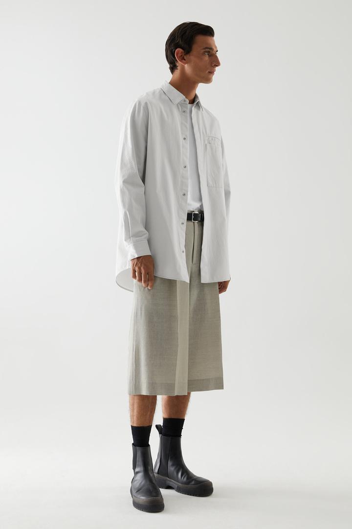 COS 릴랙스드 핏 오가닉 코튼 셔츠의 그레이컬러 ECOMLook입니다.