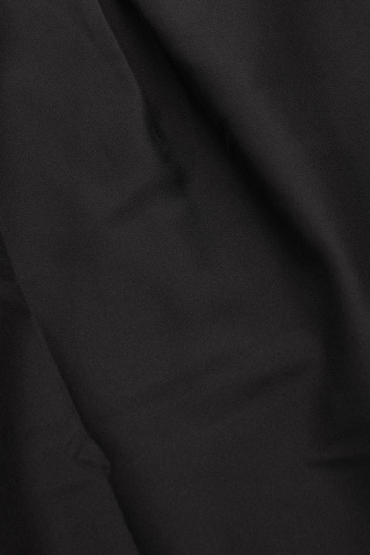 COS 멀버리 실크 카프탄 스타일 탑의 블랙컬러 Detail입니다.