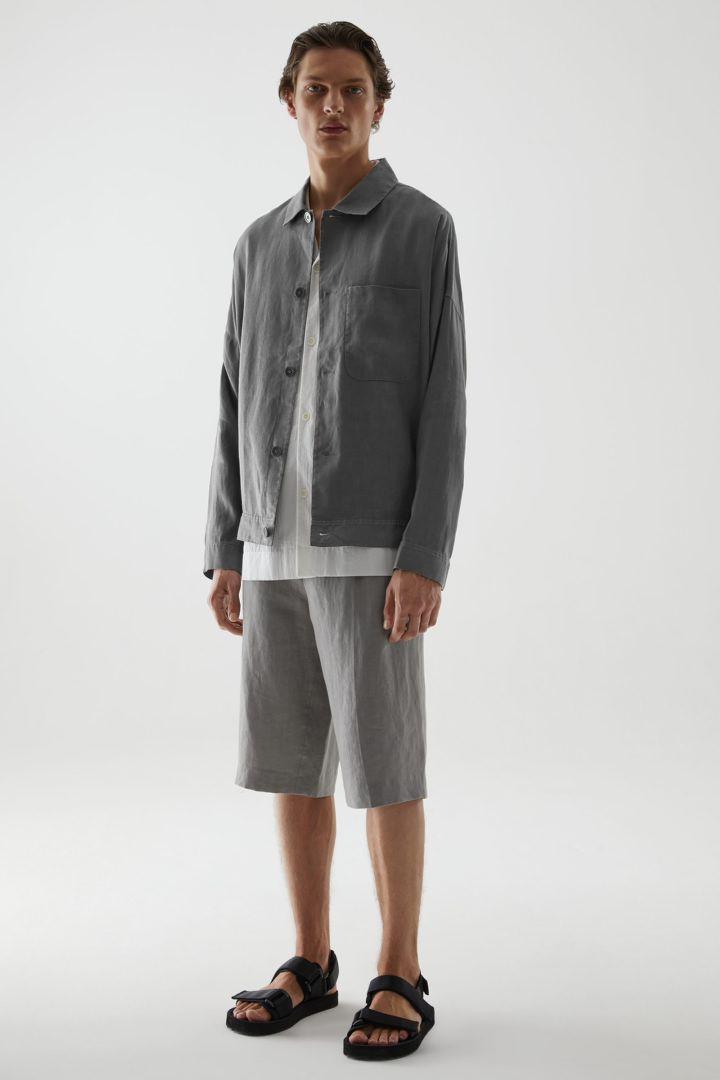 COS 헴프 워크웨어 스타일 재킷의 다크 그레이컬러 ECOMLook입니다.