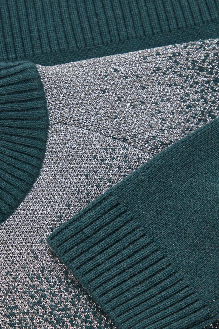 COS 루렉스 울 캐시미어 스웨터의 터쿼이즈컬러 Detail입니다.