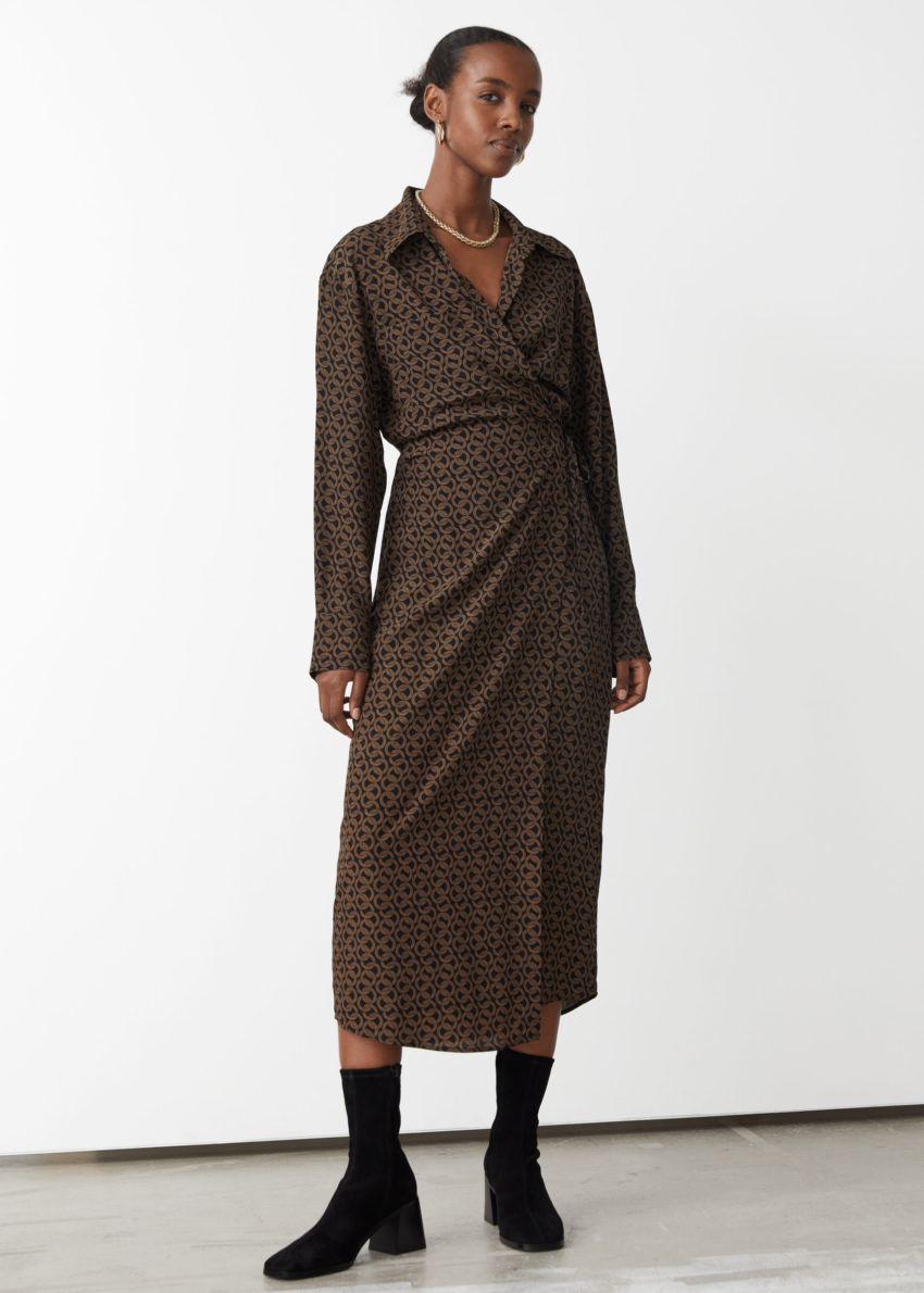 앤아더스토리즈 에이시메트릭 맥시 드레스의 브라운 프린트컬러 ECOMLook입니다.