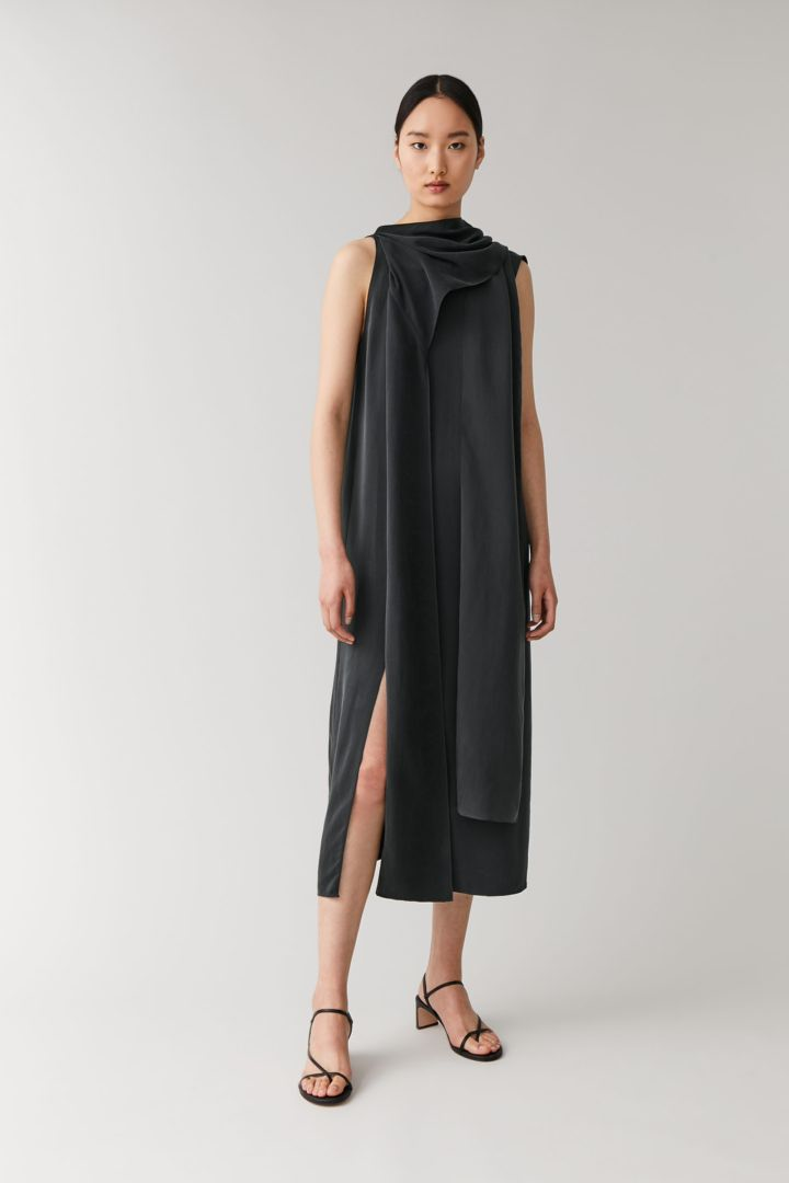 COS 드레이프드 넥 타이 드레스의 블랙컬러 ECOMLook입니다.