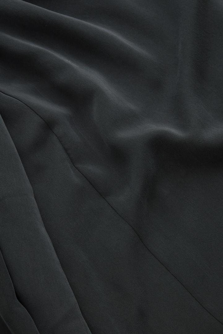 COS 드레이프드 넥 타이 드레스의 블랙컬러 Detail입니다.