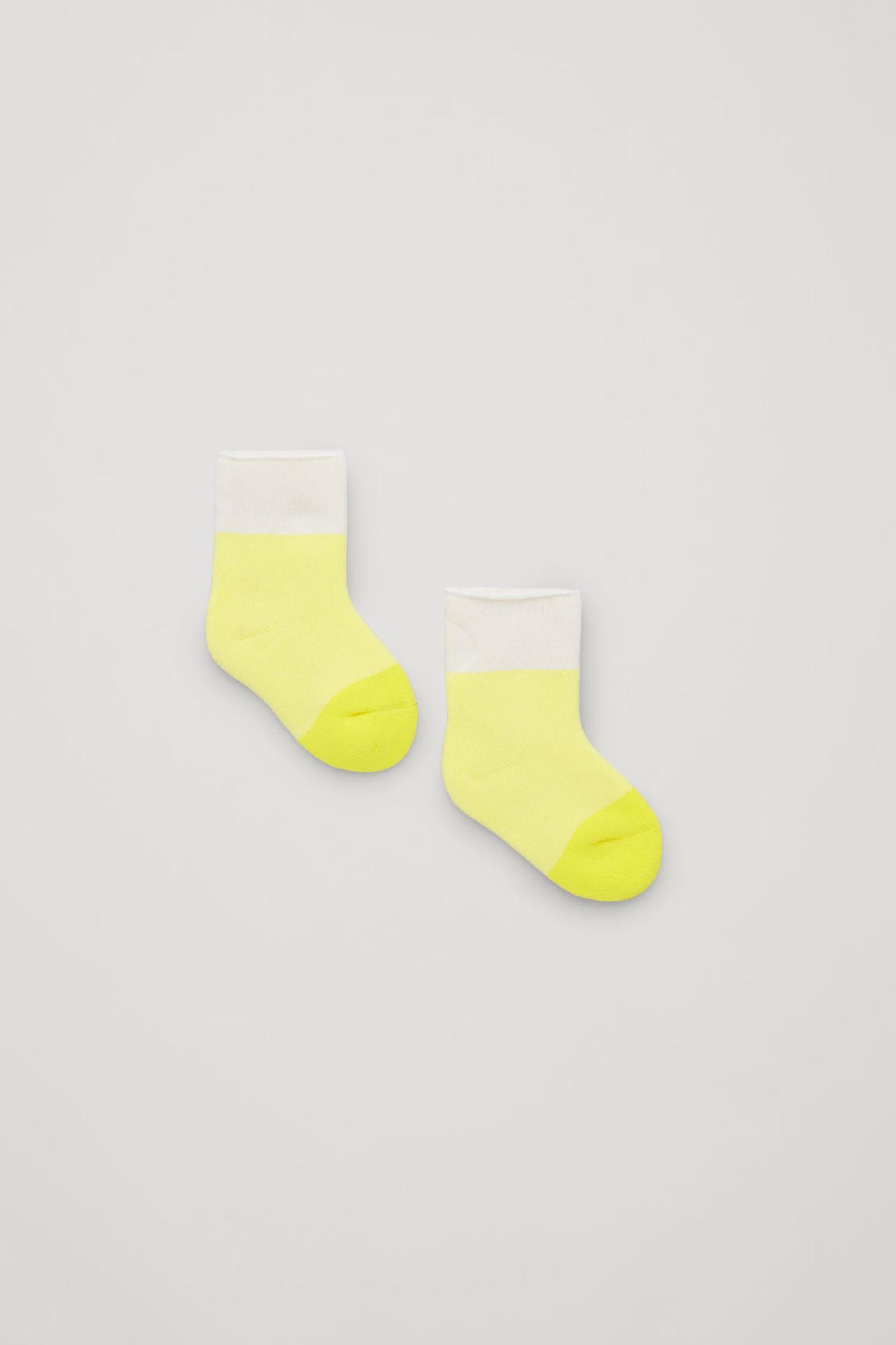 COS 컬러 블록 오가닉 코튼 삭스의 브라이트 옐로우 / 크림컬러 Product입니다.