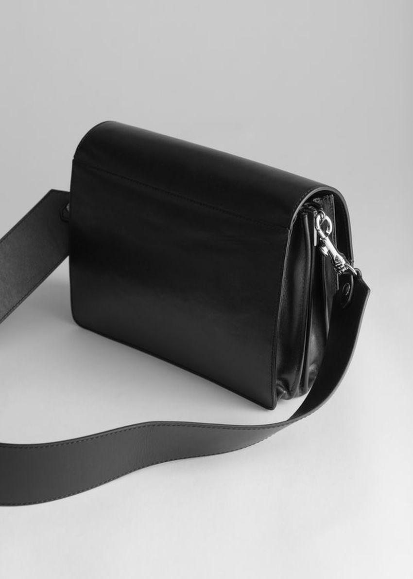 앤아더스토리즈 쇼트 레더 크로스바디 백의 블랙컬러 Product입니다.