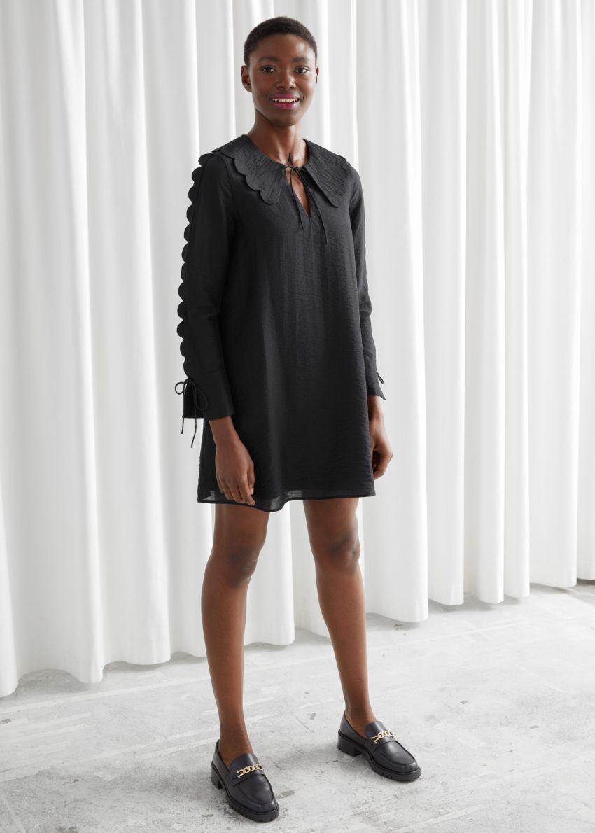앤아더스토리즈 스캘럽 미니 드레스의 블랙컬러 ECOMLook입니다.