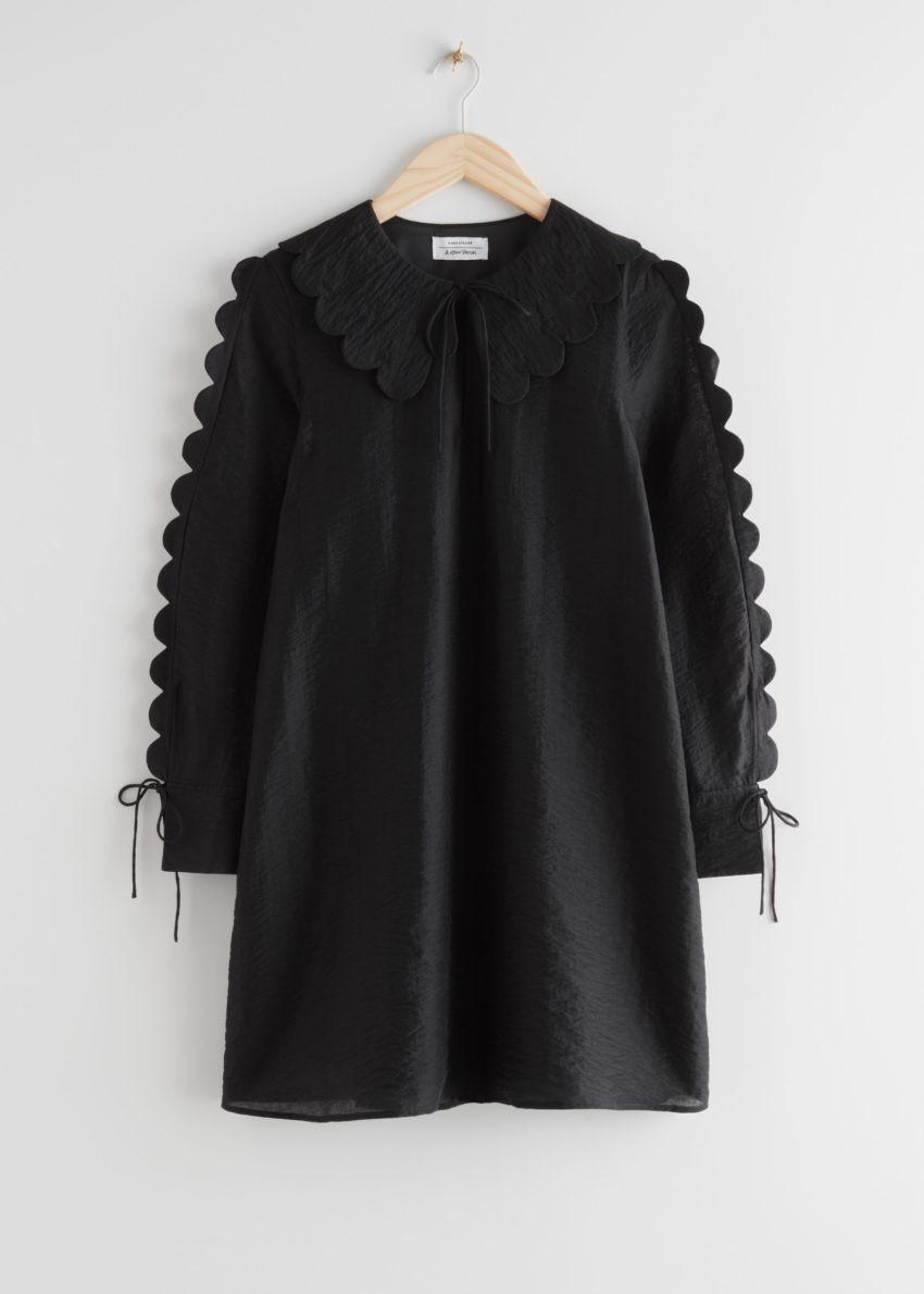 앤아더스토리즈 스캘럽 미니 드레스의 블랙컬러 Product입니다.