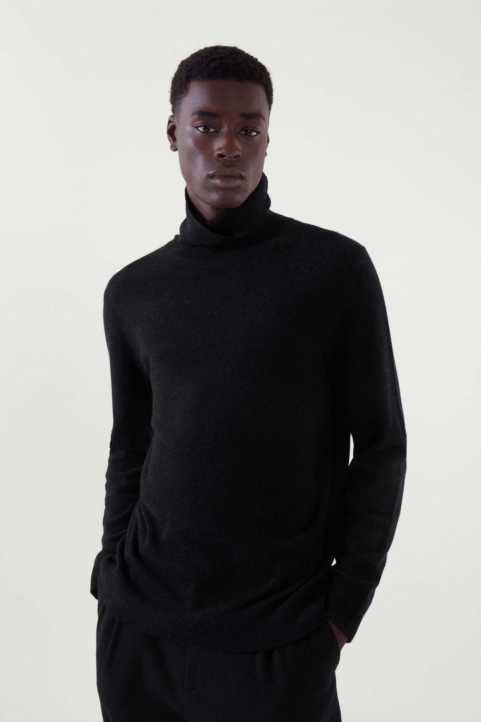 COS 메리노 야크 롤넥 스웨터의 블랙 멜란지컬러 ECOMLook입니다.
