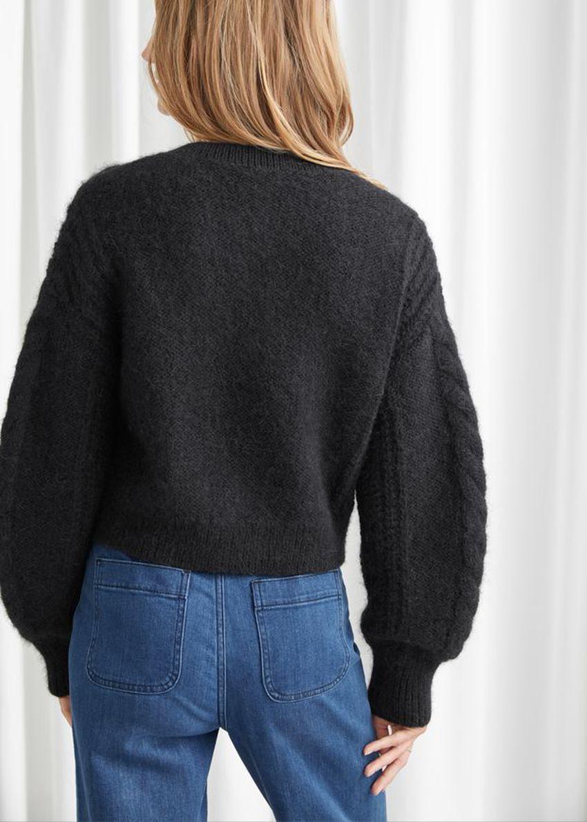 앤아더스토리즈 크롭 버튼 업 니트 스웨터의 블랙컬러 ECOMLook입니다.