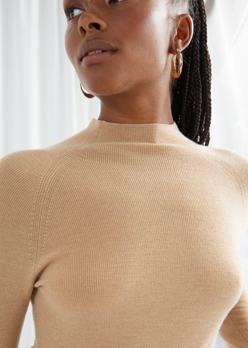 앤아더스토리즈 피티드 모크 넥 울 스웨터의 베이지컬러 ECOMLook입니다.