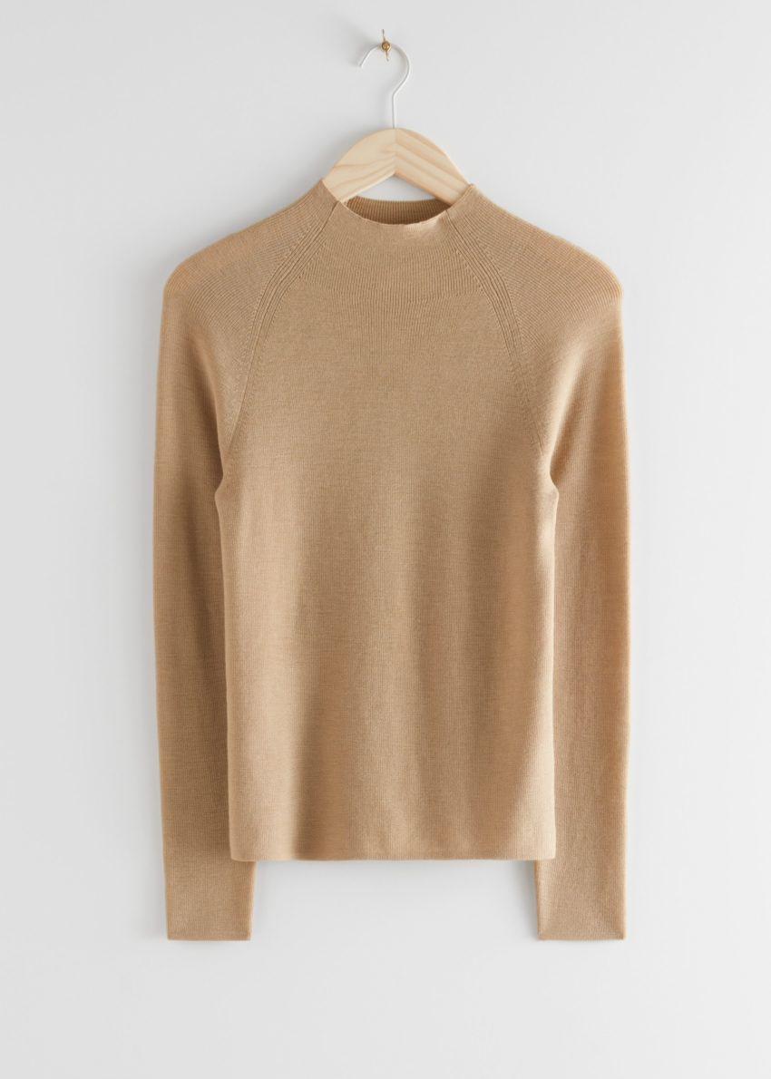 앤아더스토리즈 피티드 모크 넥 울 스웨터의 베이지컬러 Product입니다.