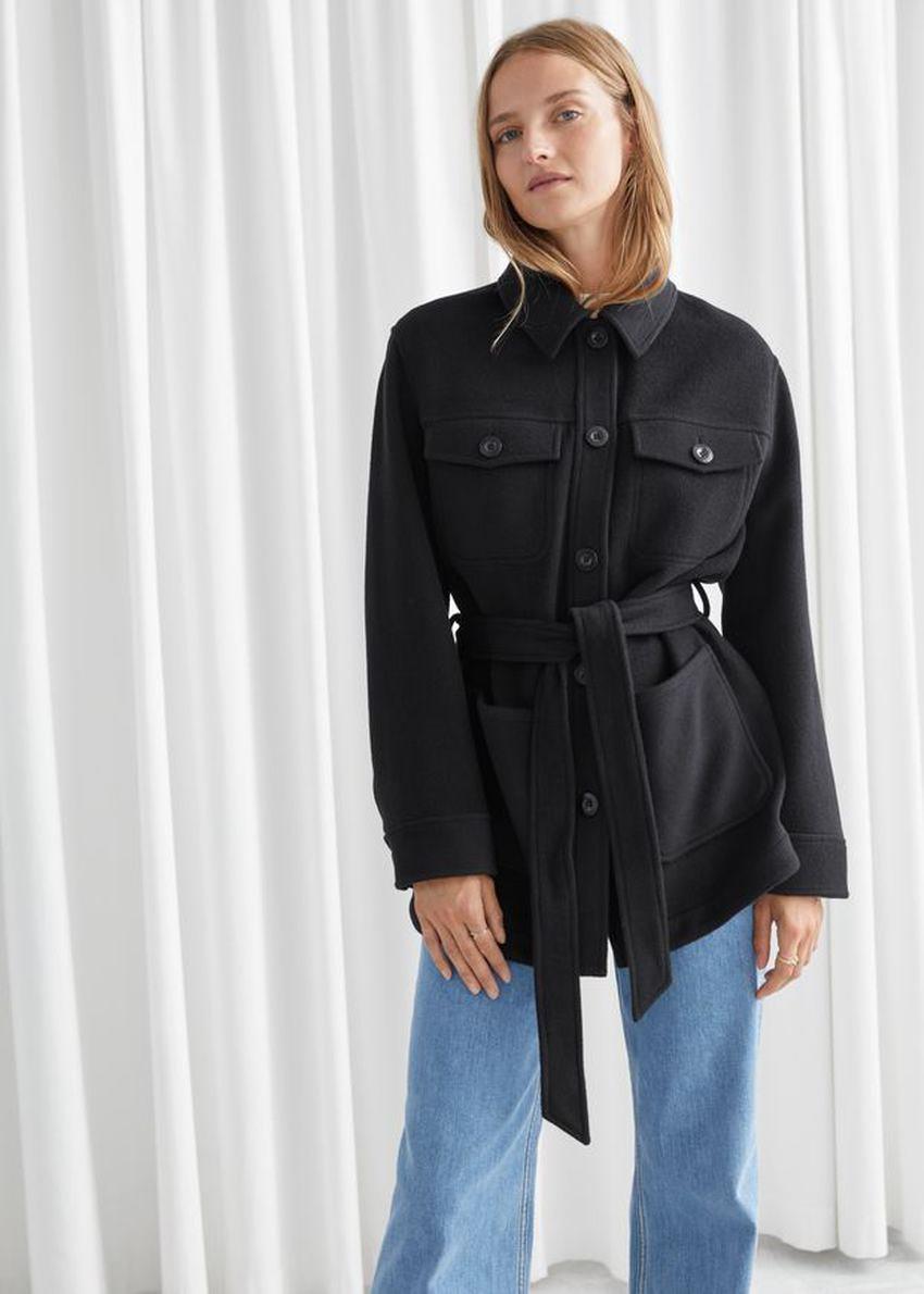 앤아더스토리즈 벨티드 오버셔츠 재킷의 블랙컬러 ECOMLook입니다.
