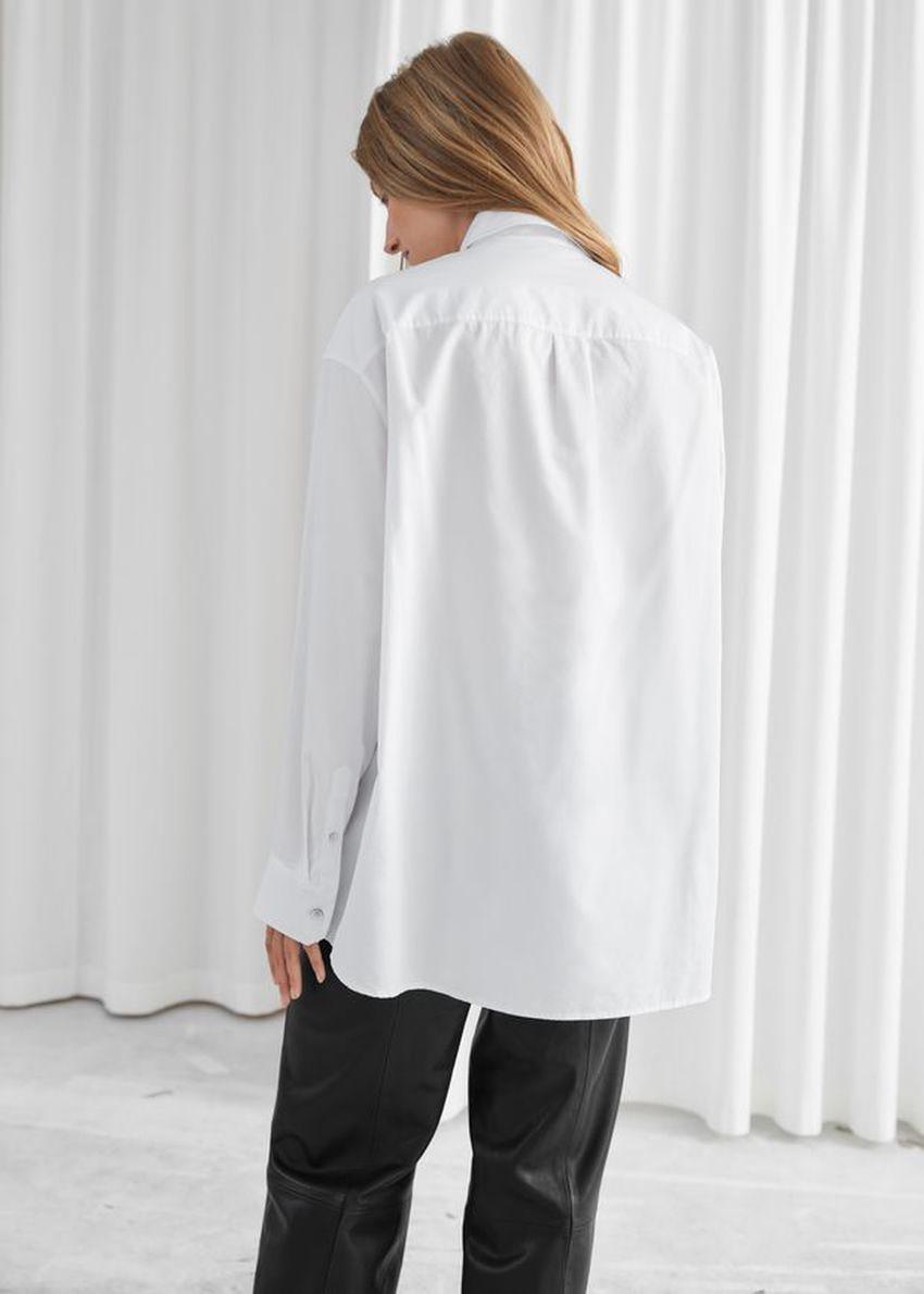 앤아더스토리즈 오버사이즈 볼류미너스 버튼 업 셔츠의 화이트컬러 ECOMLook입니다.