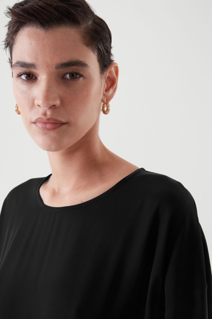 COS 릴랙스드 미디 드레스의 블랙컬러 ECOMLook입니다.