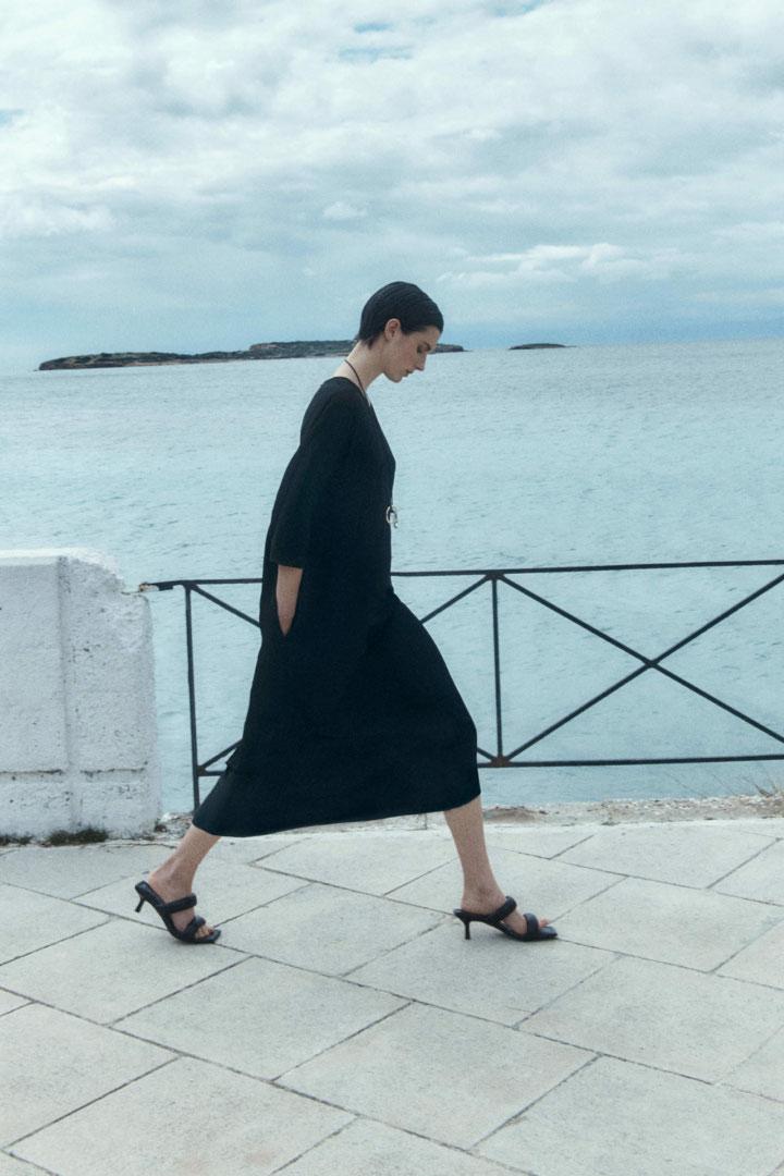 COS 릴랙스드 미디 드레스의 블랙컬러 Environmental입니다.