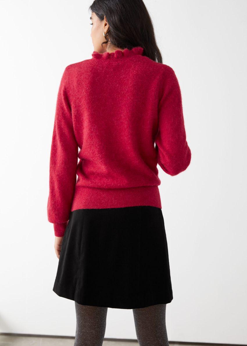 앤아더스토리즈 러플 카라 울 니트 스웨터의 레드컬러 ECOMLook입니다.