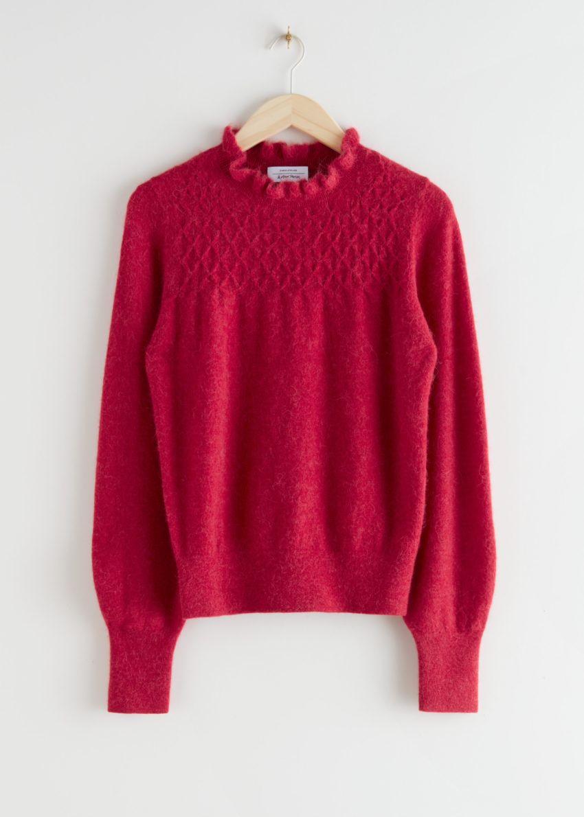앤아더스토리즈 러플 카라 울 니트 스웨터의 레드컬러 Product입니다.