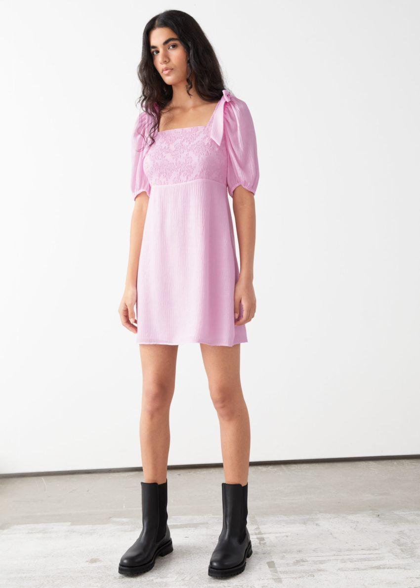 앤아더스토리즈 피티드 퍼프 슬리브 미니 드레스의 핑크컬러 ECOMLook입니다.
