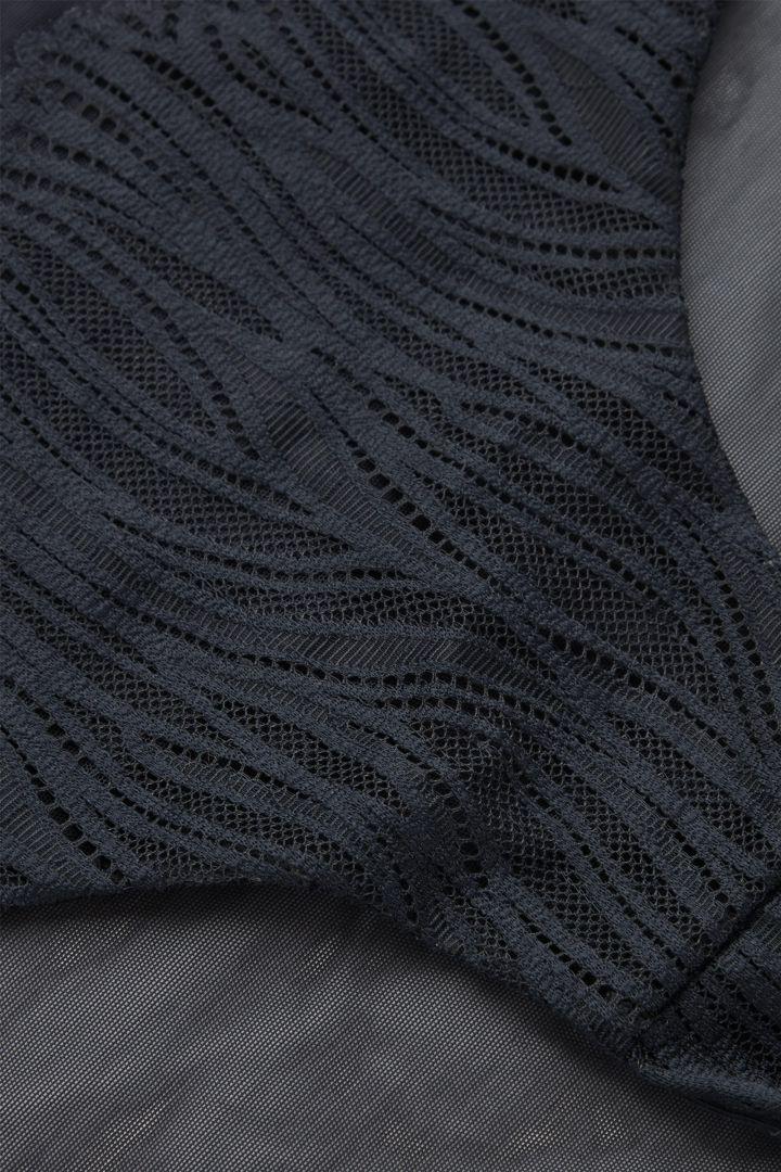 COS 패턴드 메쉬 니커즈의 블루컬러 Detail입니다.
