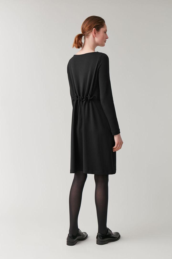 COS 롱 엘라스틱 웨이스트 드레스의 블랙컬러 ECOMLook입니다.