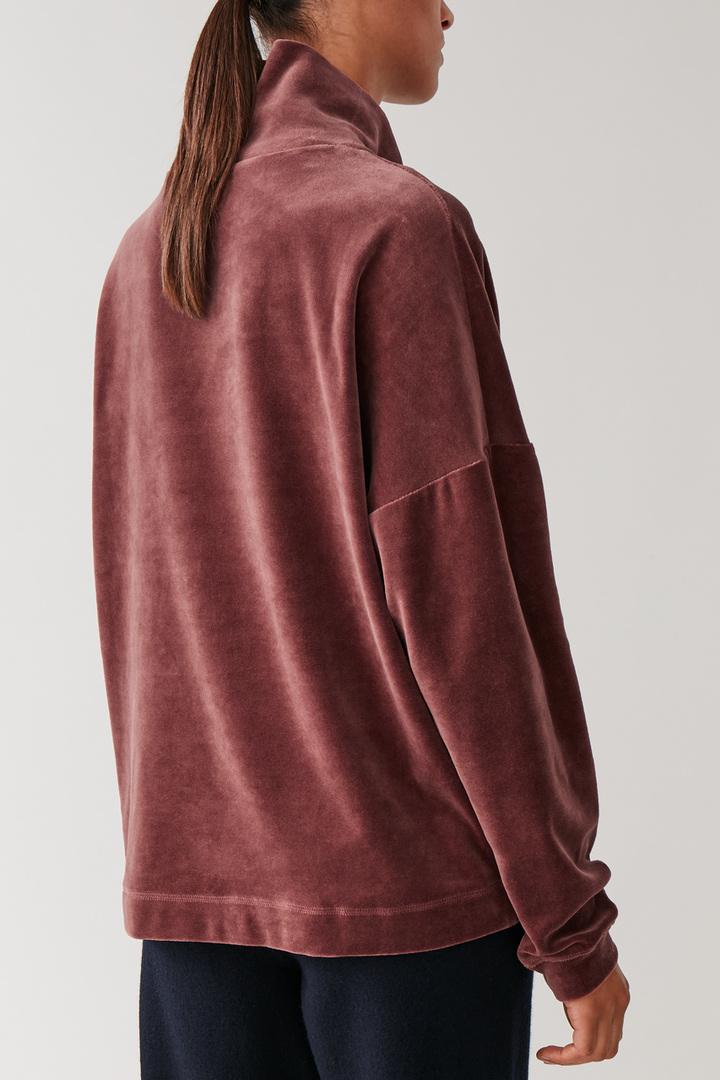 COS default image 11 of 레드 in 하이넥 벨루어 스웨터