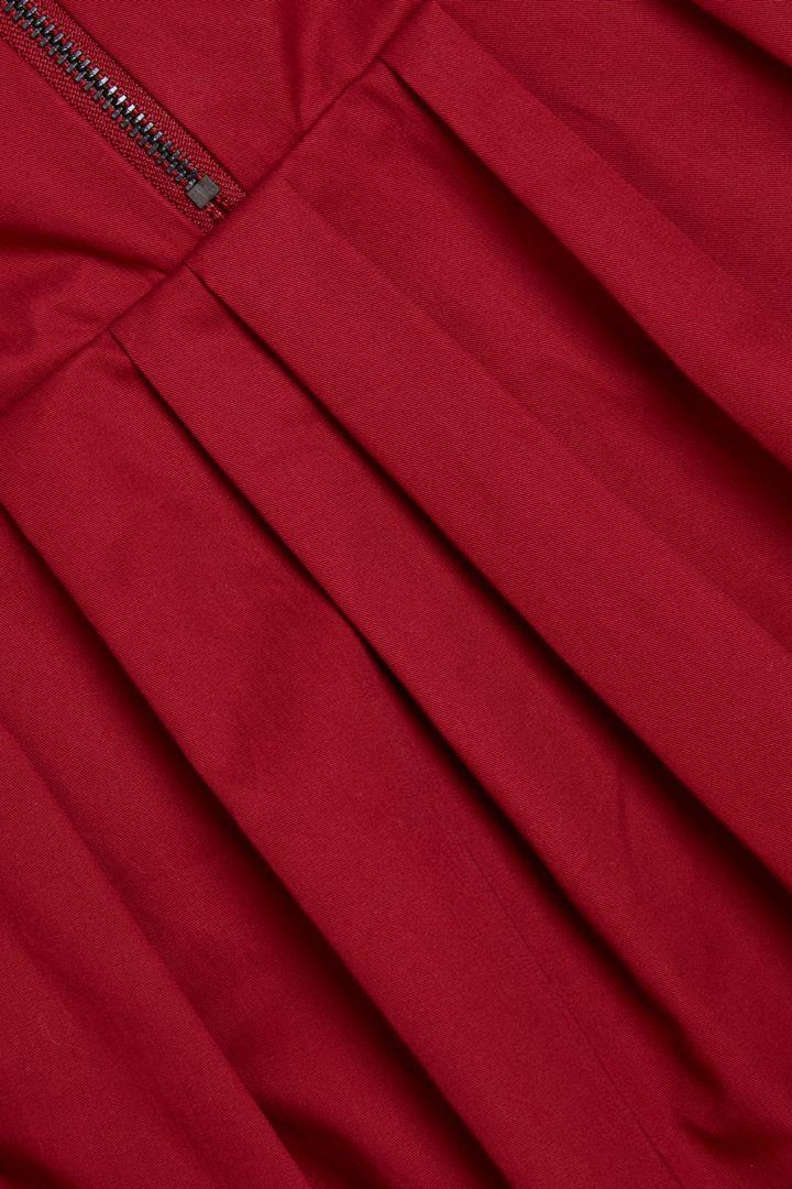 COS 플리티드 코튼 드레스의 레드컬러 Detail입니다.