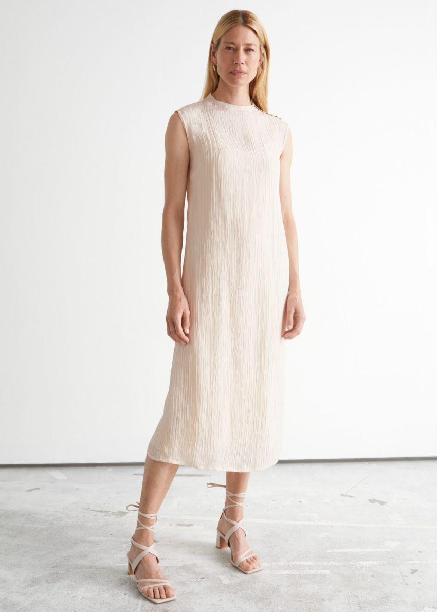 앤아더스토리즈 크링클 모크 넥 미디 드레스의 크림컬러 ECOMLook입니다.