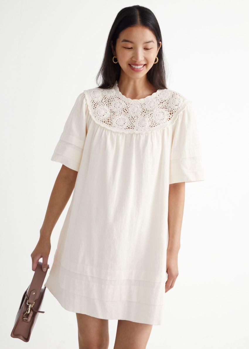 앤아더스토리즈 크로셰 카라 미니 드레스의 화이트컬러 ECOMLook입니다.