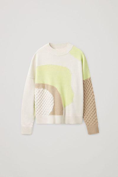 COS image 0 of 라임 그린 / 크림 / 브라운 in 컨트래스트 니트 스웨터