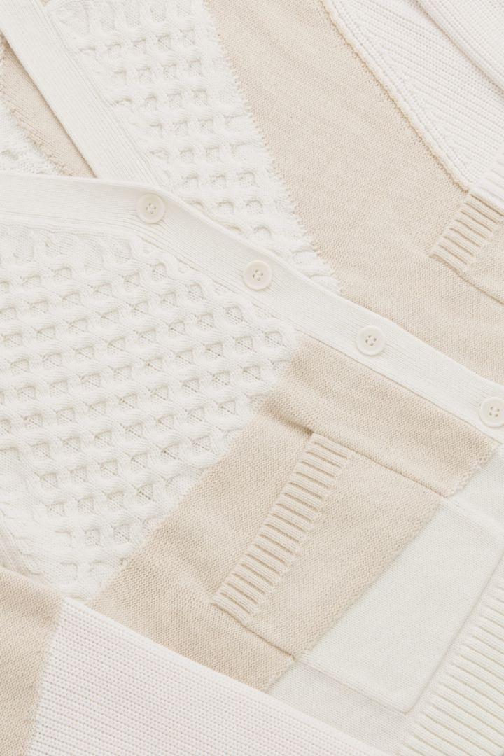COS 멀티 스티치 가디건의 화이트 / 베이지컬러 Detail입니다.