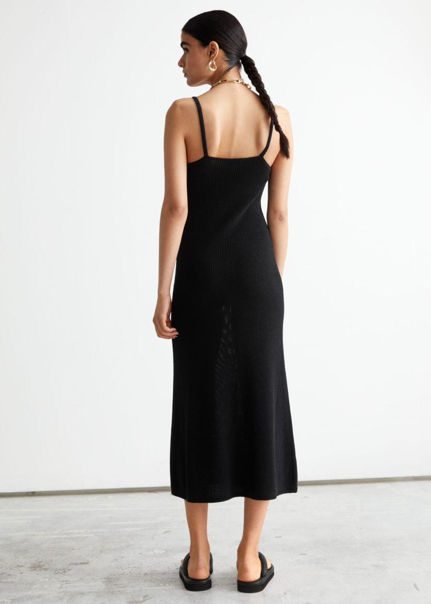 앤아더스토리즈 스트래피 미디 니트 드레스의 블랙컬러 ECOMLook입니다.