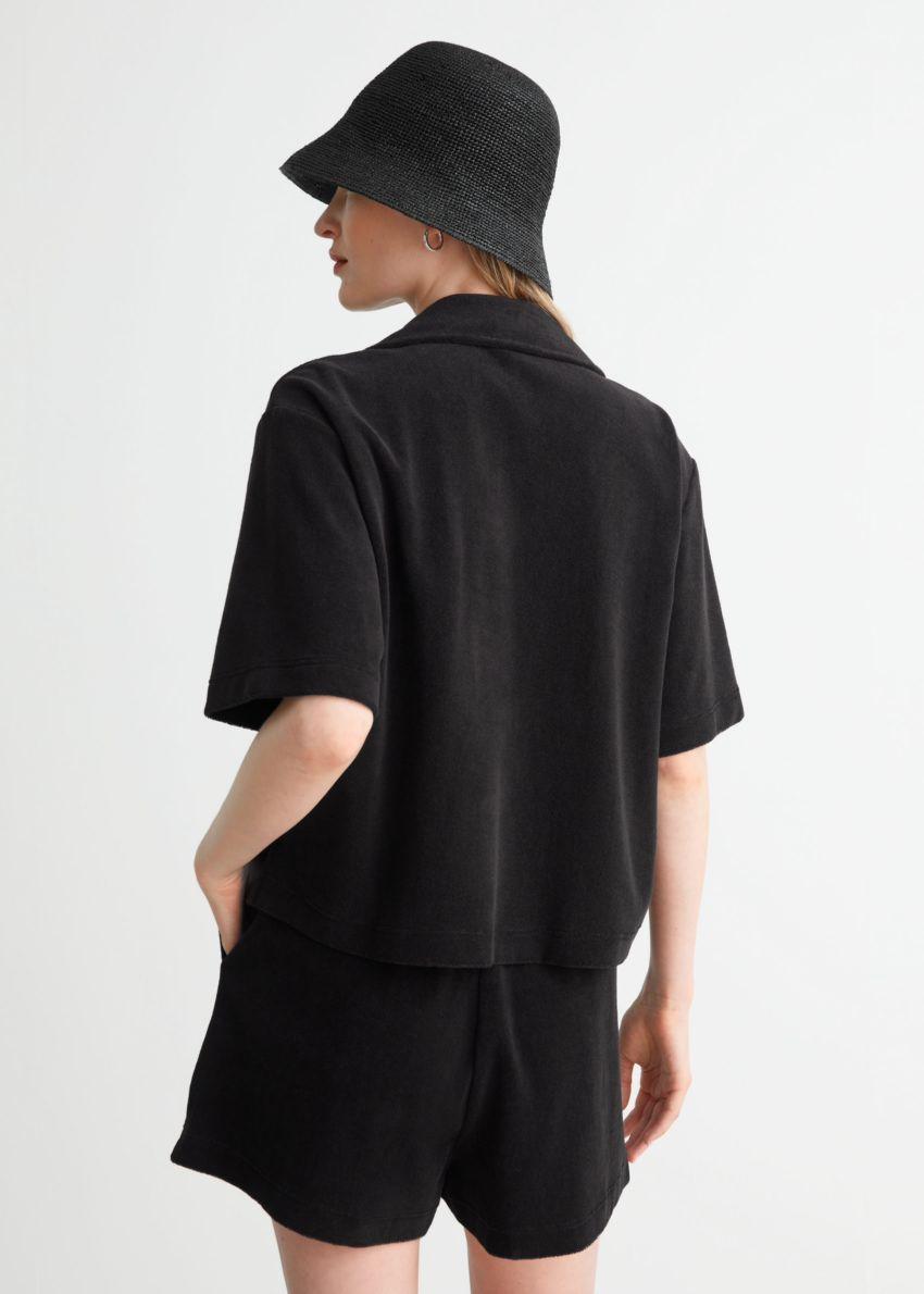 앤아더스토리즈 박시 테리 셔츠의 블랙컬러 ECOMLook입니다.