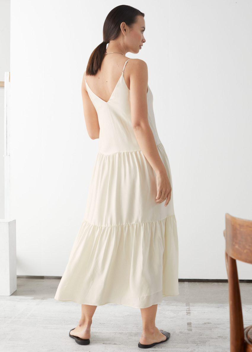 앤아더스토리즈 티어 비스코스 미디 드레스의 화이트컬러 ECOMLook입니다.