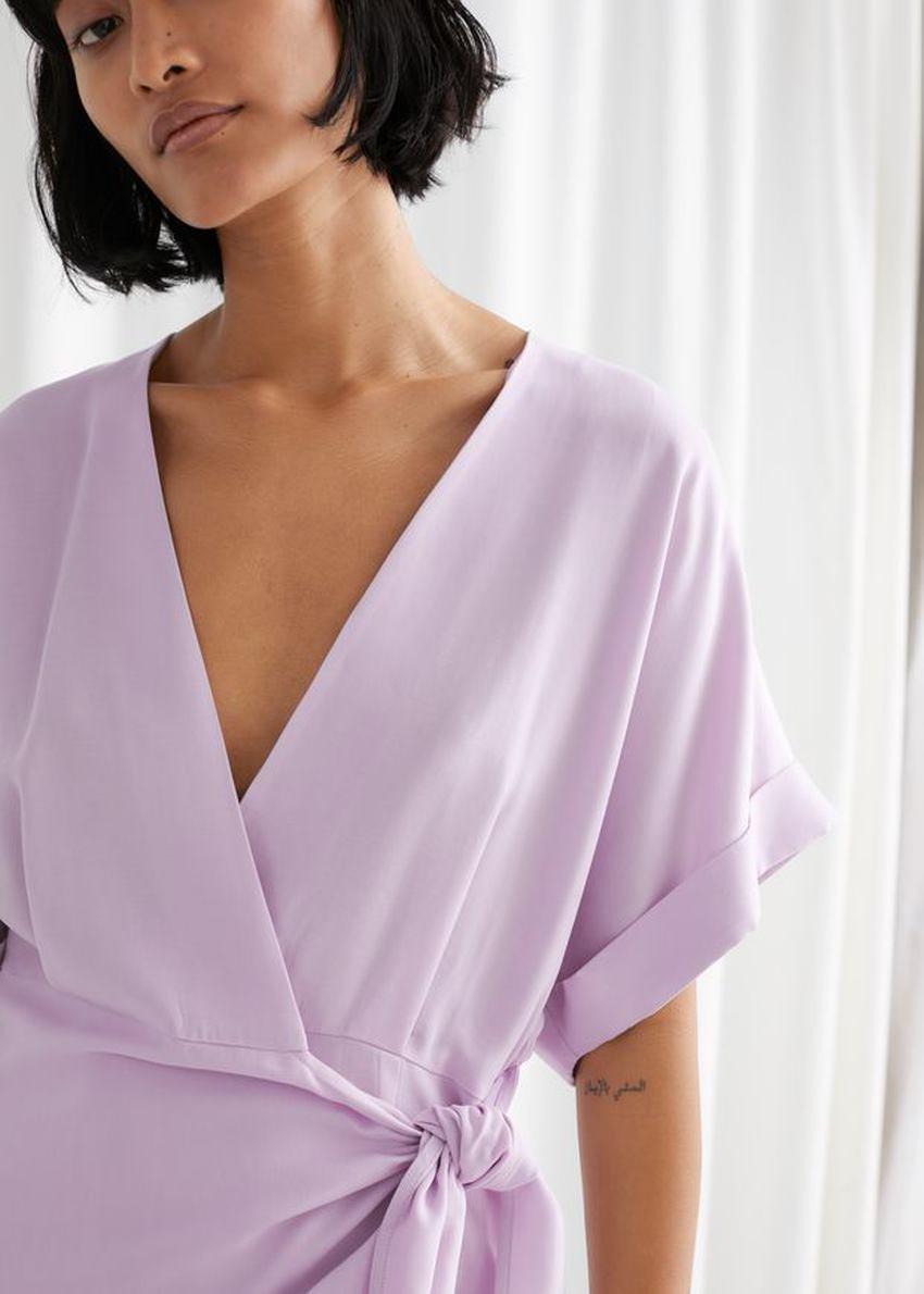 앤아더스토리즈 릴렉스드 랩 미니 드레스의 라일락컬러 ECOMLook입니다.