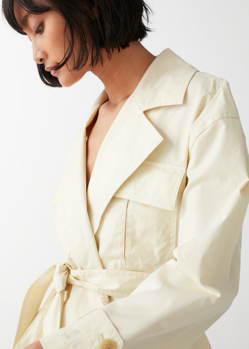 앤아더스토리즈 벨티드 쇼트 트렌치 재킷의 베이지컬러 ECOMLook입니다.