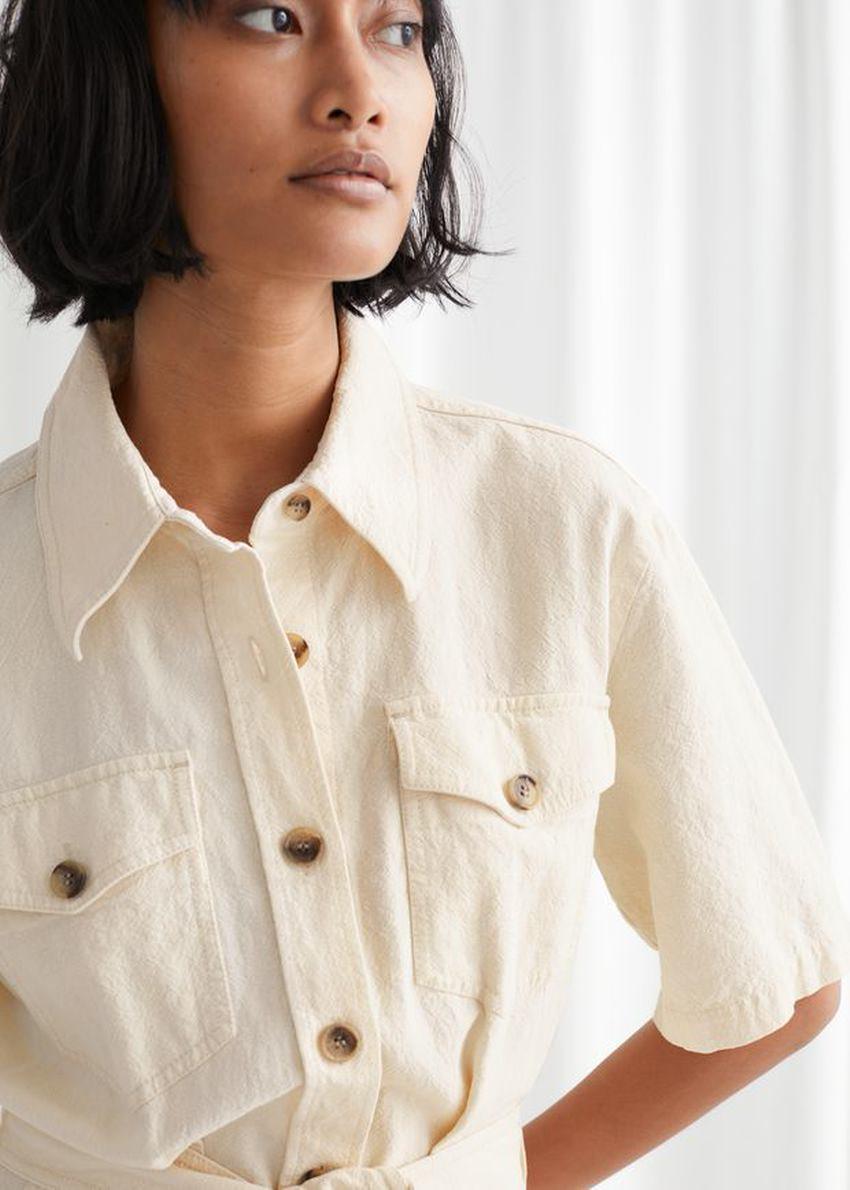 앤아더스토리즈 벨티드 셔츠 미니 드레스의 화이트컬러 ECOMLook입니다.