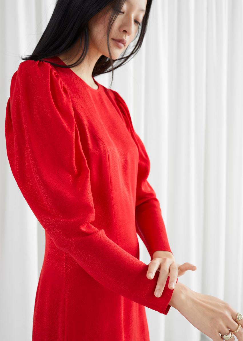 앤아더스토리즈 자카드 퍼프 슬리브 미디 슬릿 드레스의 레드컬러 ECOMLook입니다.