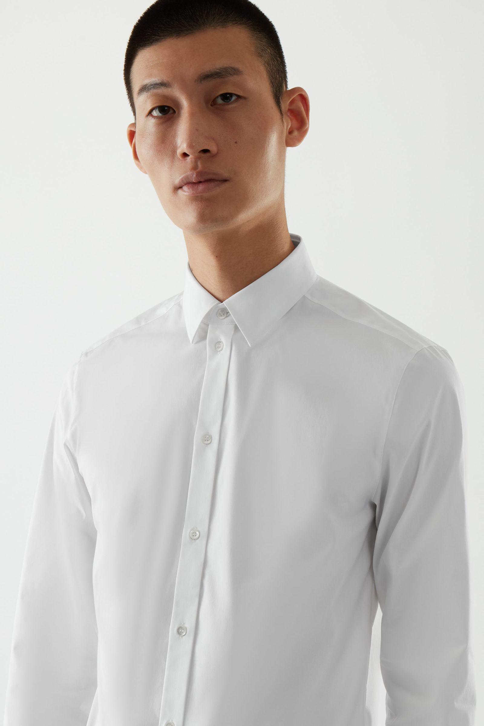 COS 클래식 슬림핏 셔츠의 화이트컬러 ECOMLook입니다.