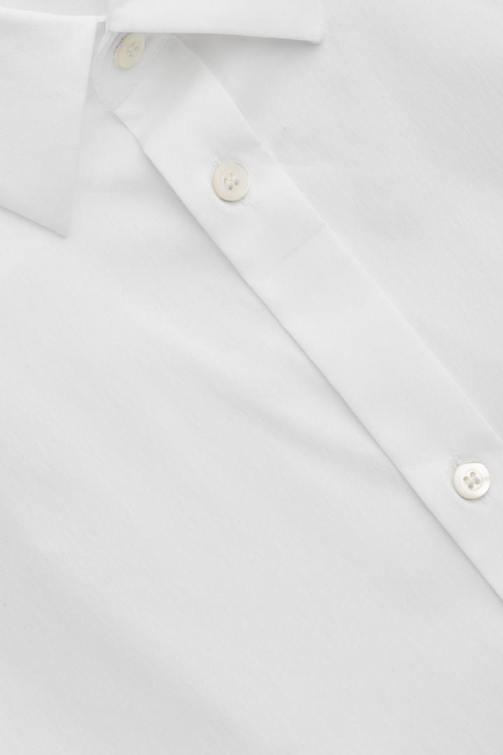 COS 클래식 슬림핏 셔츠의 화이트컬러 Detail입니다.