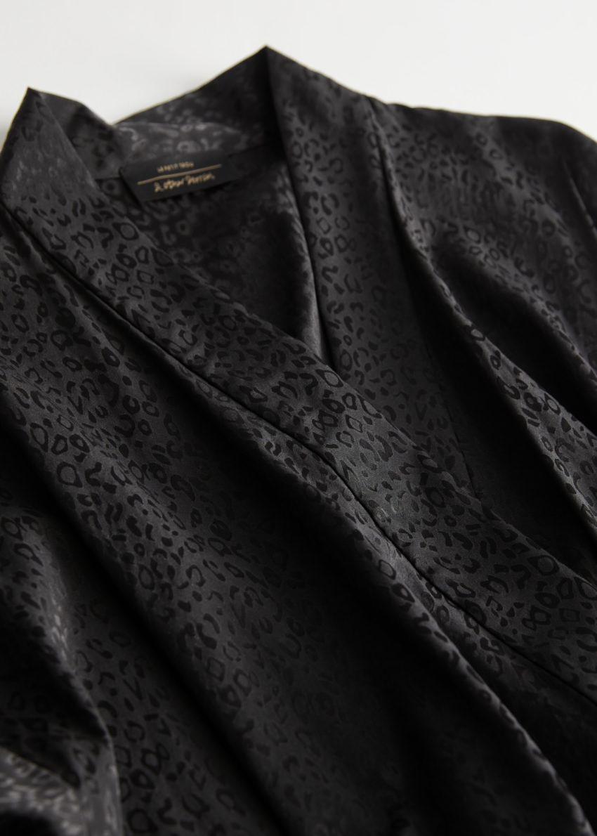 앤아더스토리즈 레오파드 자카드 실크 로브의 블랙 레오파드컬러 Detail입니다.