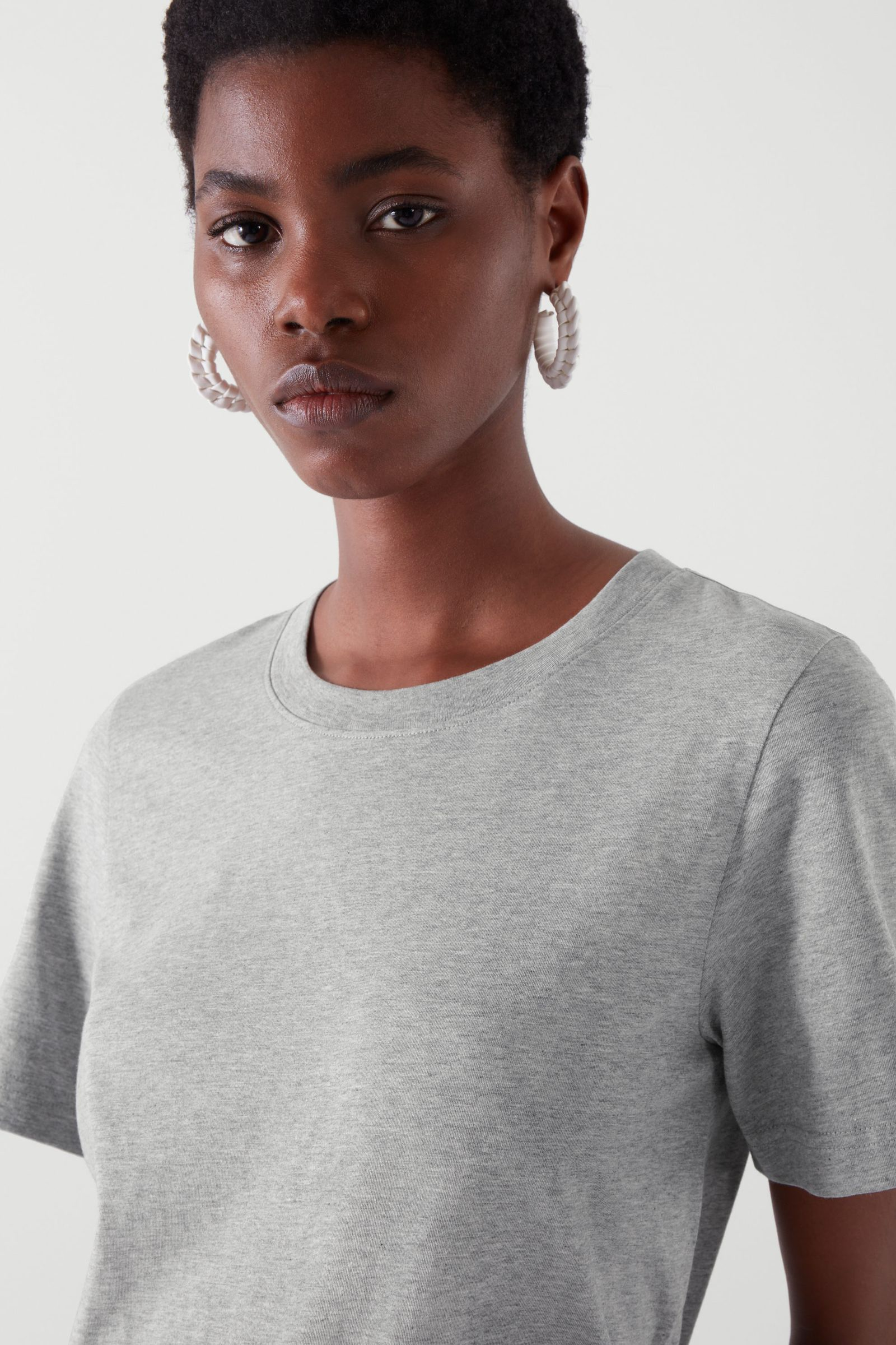 COS 레귤러 핏 티셔츠의 그레이컬러 ECOMLook입니다.