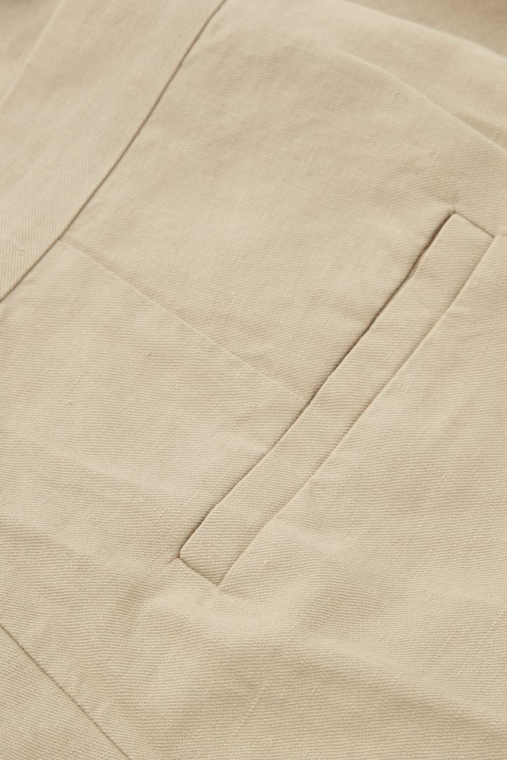 COS 테일러드 리넨 쇼츠의 베이지컬러 Detail입니다.