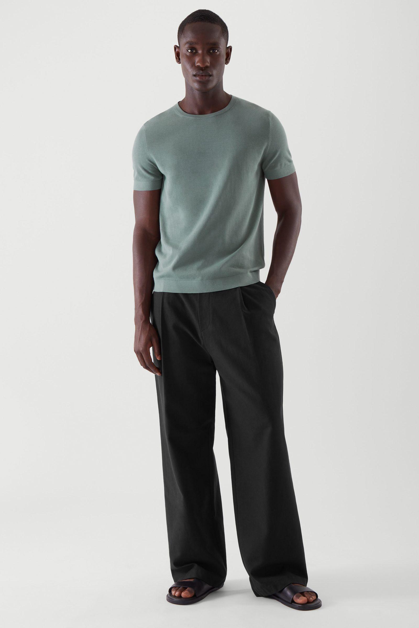 COS 슬림 핏 니티드 티셔츠의 터쿼이즈컬러 ECOMLook입니다.