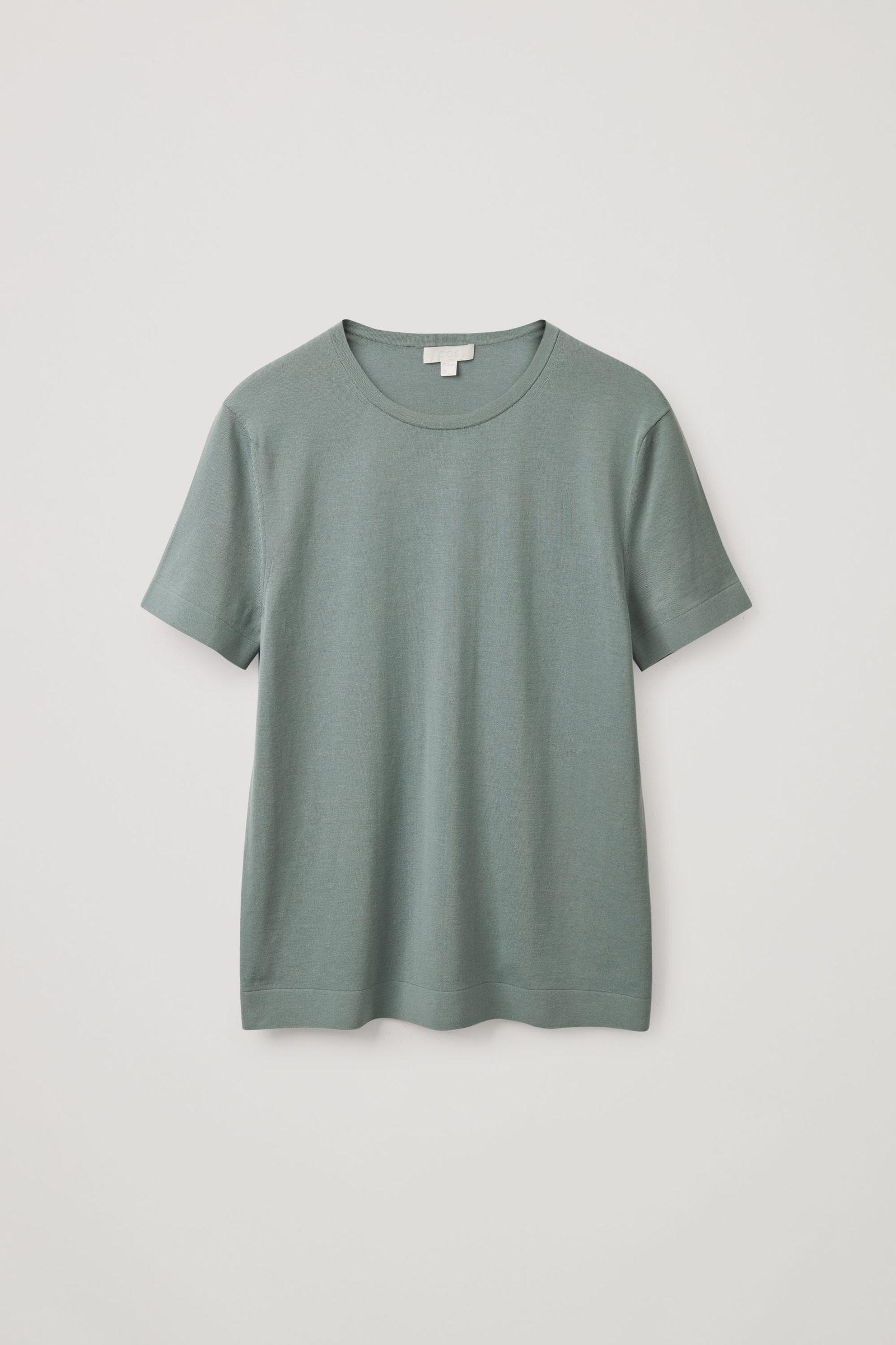 COS 슬림 핏 니티드 티셔츠의 터쿼이즈컬러 Product입니다.